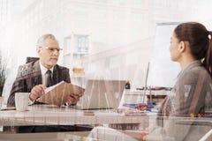 Yrkesmässig realitettimme-chef som för en intervju med en kvinnlig kandidat Arkivfoto