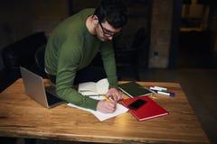 Yrkesmässig redaktör som skapar pressmeddelandet som står nära tabellen i studio arkivfoton
