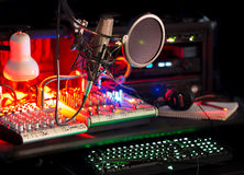 Yrkesmässig redigerande ljudsignal för ljud för blandare för stationskeybaordmikrofon Fotografering för Bildbyråer