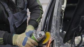 Yrkesmässig reparation för bilkropp med special utrustning arkivfilmer