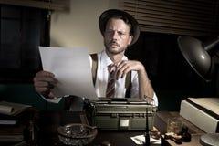 Yrkesmässig reporter som korrekturläser hans text Arkivfoton