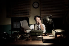 Yrkesmässig reporter som korrekturläser hans text Arkivfoto