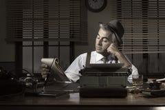 Yrkesmässig reporter som sent arbetar på natten Fotografering för Bildbyråer