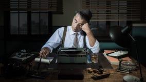 Yrkesmässig reporter som sent arbetar på natten Arkivbilder