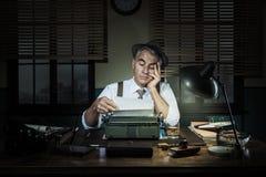 Yrkesmässig reporter som sent arbetar på natten Arkivbild