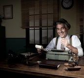 Yrkesmässig reporter som tar ner anmärkningar Fotografering för Bildbyråer