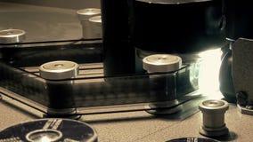 Yrkesmässig Retro maskin för att sända en gammal filmfilm, arbeta som är pågående lager videofilmer