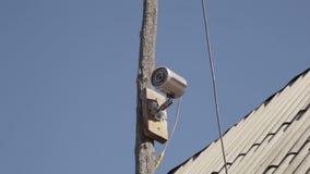 Yrkesmässig säkerhetsvideokamera på den utomhus- träpolen lager videofilmer