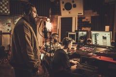Yrkesmässig sång för musikmusikbandinspelning i boutiqueinspelningstu arkivfoto
