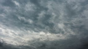 Yrkesmässig schackningsperiod för tid 4k av gråa stormiga moln, inget fladdrande, inga fåglar stock video