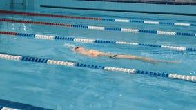 Yrkesmässig simmare i lockandning som utför fjärilsslaglängden lager videofilmer