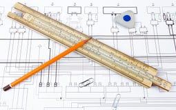 Yrkesmässig skalalinjal, blyertspenna och radergummi på ritningen Royaltyfri Fotografi