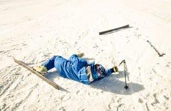 Yrkesmässig skidåkare efter forcerad olycka på skidåkningsemesterortlutning royaltyfri fotografi