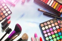 Yrkesmässig sminkuppsättning med copyspace: ögonskuggapalett, läppstift, sminkborstar Film- och signalljuseffekt Bästa sikt som ä Fotografering för Bildbyråer