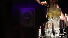 Yrkesmässig sommelier som förbereder ett champagnetorn arkivfilmer