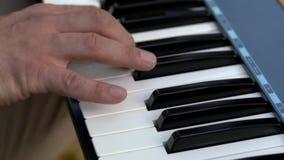 Yrkesmässig studio för närbild för pianospelare som spelar det Midi tangentbordet stock video