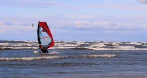 Yrkesmässig surfare i vinden som förbereder vinden i havet till havet stock video