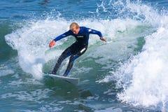 Yrkesmässig surfare Richie Schmidt Surfing California Arkivfoto