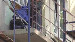 Yrkesmässig svetsning av ramar av balkonger och loggior Arbetare arbetar på en konstruktionsplats arkivfilmer