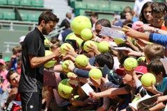 Yrkesmässig tennisspelare Gilles Simon av Frankrike undertecknande autografer efter övning för Roland Garros 2015 Royaltyfri Fotografi