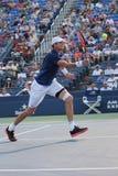 Yrkesmässig tennisspelare John Isner av Förenta staterna i handling under hans andra runda match på US Open 2015 Arkivbild