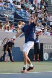 Yrkesmässig tennisspelare John Isner av Förenta staterna i handling under hans andra runda match på US Open 2015 Arkivfoton