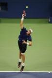 Yrkesmässig tennisspelare John Isner av Förenta staterna i handling under hans fjärde runda match på US Open 2015 Royaltyfri Bild