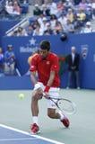 Yrkesmässig tennisspelare Novak Djokovic under den fjärde runda matchen på US Open 2013 Royaltyfria Foton