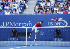 Yrkesmässig tennisspelare Novak Djokovic under den fjärde runda matchen på US Open 2013 Royaltyfri Bild