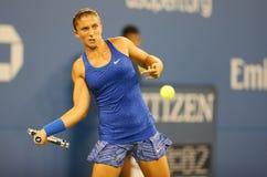 Yrkesmässig tennisspelare Sara Errani från Italien under match för runda 4 för US Open 2014 mot Caroline Wozniacki Fotografering för Bildbyråer