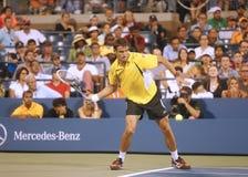 Yrkesmässig tennisspelare Tommy Robredo under den fjärde runda matchen på US Open 2013 mot mästaren Roger Federer för storslagen S Royaltyfri Bild