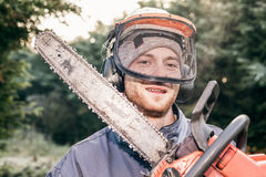 Yrkesmässig trädgårdsmästare med chainsawen Arkivfoto