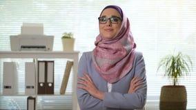 Yrkesmässig ung muslim affärskvinna som ser att skratta för kamera lager videofilmer