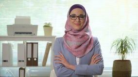 Yrkesmässig ung muslim affärskvinna som ser att skratta för kamera arkivfilmer