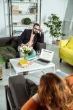 Yrkesmässig ung terapeut som konsulterar hans överviktiga klient royaltyfria foton