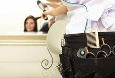 Yrkesmässig utrustning bearbetar tillbehörfrisören i hårskönhetsalong royaltyfri fotografi