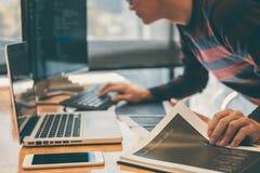 Yrkesmässig utvecklingsprogrammerare som arbetar, i att programmera websi arkivfoton
