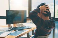 Yrkesmässig utvecklingsprogrammerare som arbetar, i att programmera websi arkivbild
