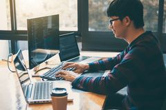 Yrkesmässig utvecklingsprogrammerare som arbetar, i att programmera websiten en programvara och att kodifiera teknologi och att s royaltyfria bilder