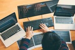 Yrkesmässig utvecklingsprogrammerare som arbetar, i att programmera websiten en programvara och att kodifiera teknologi och att s arkivbilder