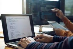 Yrkesmässig utvecklingsprogrammerare som samarbetar möte och brai arkivfoton