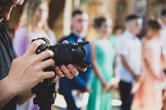 Yrkesmässig videographer ger service av den ceremoniella händelsen för filmande, matte toningeffekt fotografering för bildbyråer