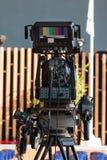 Yrkesmässig videokamera för tvnyheternaradioutsändning arkivbild