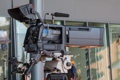Yrkesmässig videokamera för tvnyheternaradioutsändning royaltyfri bild