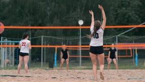 Yrkesmässig volleybollservekvinna på strandturneringen Volleyboll förtjänar spelaren blockerar sikten, när den applicerar stock video