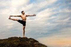 Yrkesmässig yogainstruktör Arkivbild