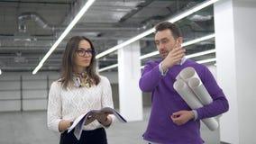 Yrkesmässiga arkitekter talar och att diskutera en arbetsritning lager videofilmer