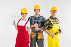 Yrkesmässiga byggnadsarbetare Arkivbild