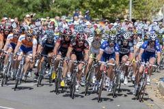 Yrkesmässiga cyklister springer ner den Rundle gatan under turnera ner under klassiker i Adelaide, södra Australien Royaltyfri Foto
