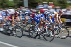 Yrkesmässiga cyklister springer ner den Rundle gatan under turnera ner under klassiker i Adelaide, södra Australien Fotografering för Bildbyråer